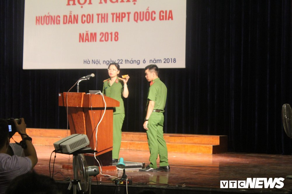 Thi THPT Quoc gia 2018: Cong an Ha Noi chi cach nhan biet thiet bi gian lan tinh vi hinh anh 1