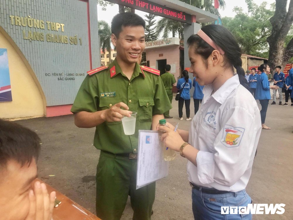 Chien sy cong an Bac Giang don ve sinh, cung cap nuoc uong mien phi tiep suc mua thi hinh anh 6