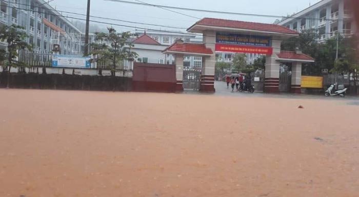 Thi sinh Ha Giang loi nuoc ngap ngang bung toi diem thi THPT Quoc gia 2018 hinh anh 7