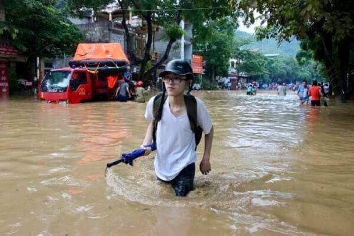 Thi sinh Ha Giang loi nuoc ngap ngang bung toi diem thi THPT Quoc gia 2018 hinh anh 3
