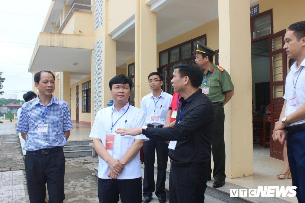 Thi THPT Quoc gia 2018: Thu truong Bo GD-DT thi sat diem thi tai Thai Nguyen hinh anh 6