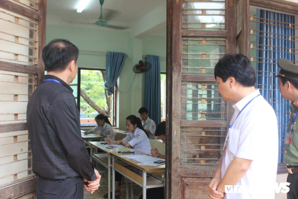 Thi THPT Quoc gia 2018: Thu truong Bo GD-DT thi sat diem thi tai Thai Nguyen hinh anh 7