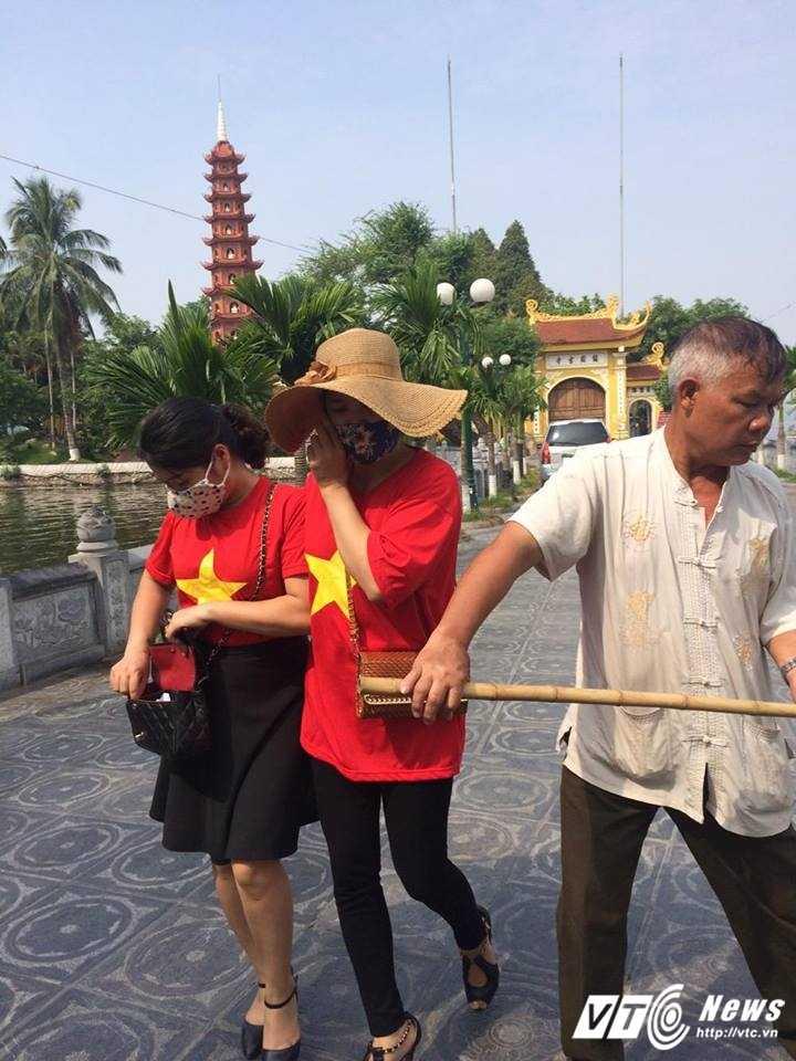 Ca chet o Ho Tay: Du khach deo khau trang, chay voi tranh mui hoi thoi hinh anh 1