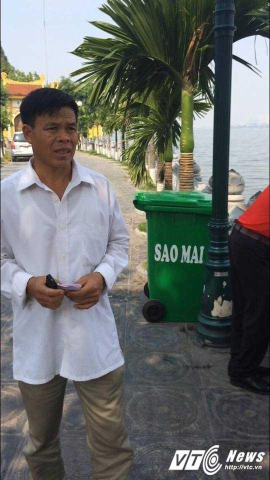 Ca chet o Ho Tay: Du khach deo khau trang, chay voi tranh mui hoi thoi hinh anh 3