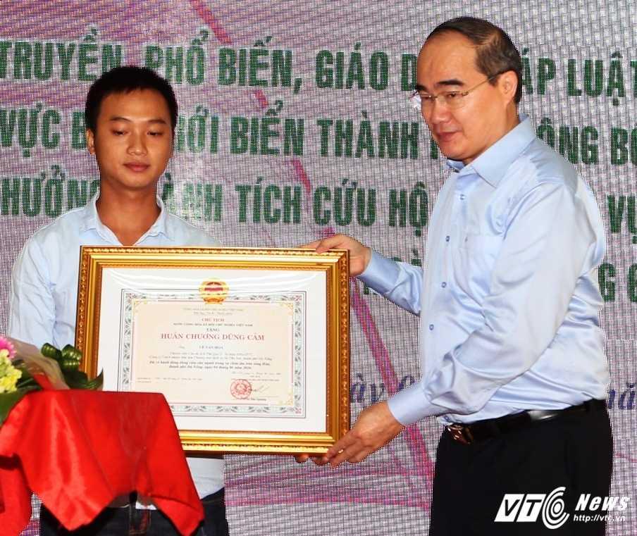 Cong dan cuu ho chim tau song Han duoc trao Huan chuong dung cam hinh anh 1