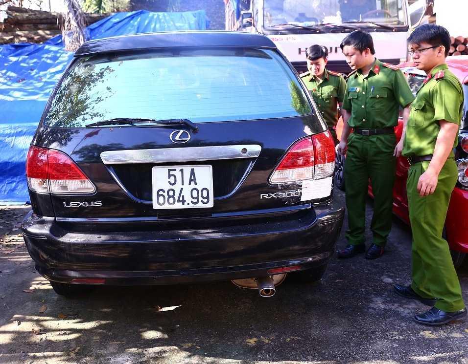 Binh Duong tam giu 6 xe Lexus, Camry dung giay to, bien so gia hinh anh 1