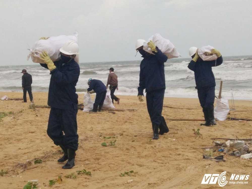 Cuu bo bien Quang Nam khoi nhụa duòng von cuc va rác thải in chũ Trung Quóc hinh anh 2