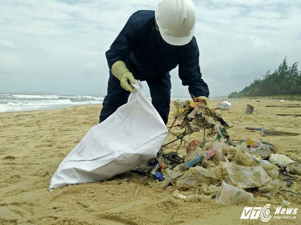 Cuu bo bien Quang Nam khoi nhụa duòng von cuc va rác thải in chũ Trung Quóc hinh anh 1