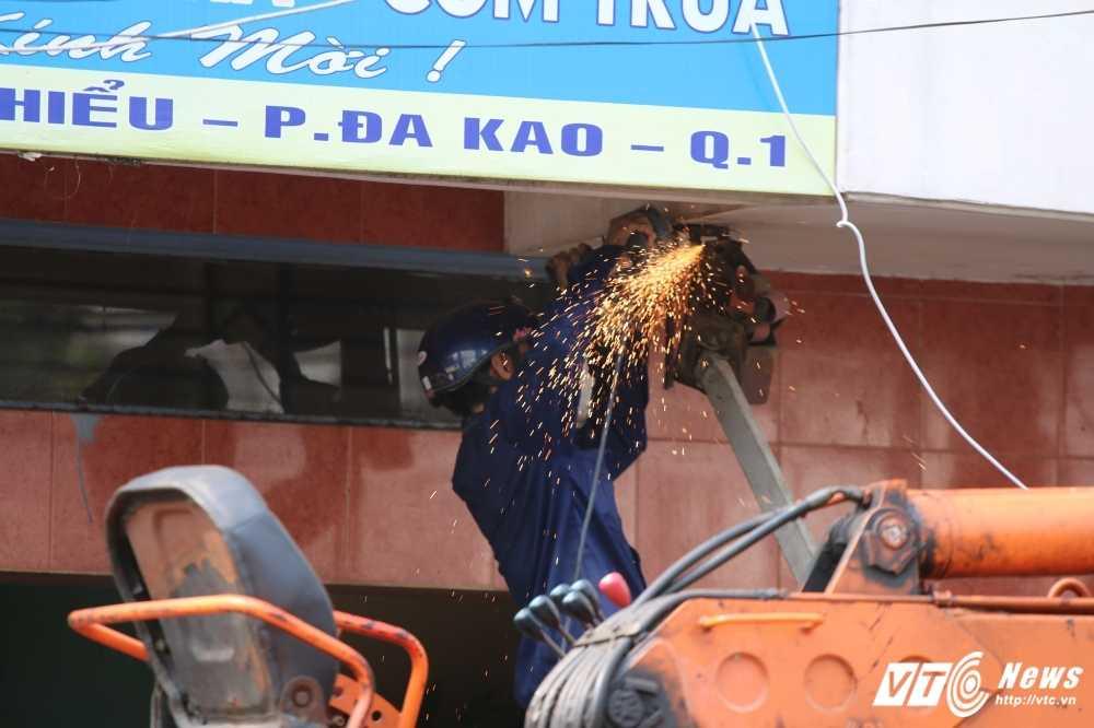 Dep cuop via he: Ong Doan Ngoc Hai xuong duong voi mai toc bac trang, net mat tram tu hinh anh 9