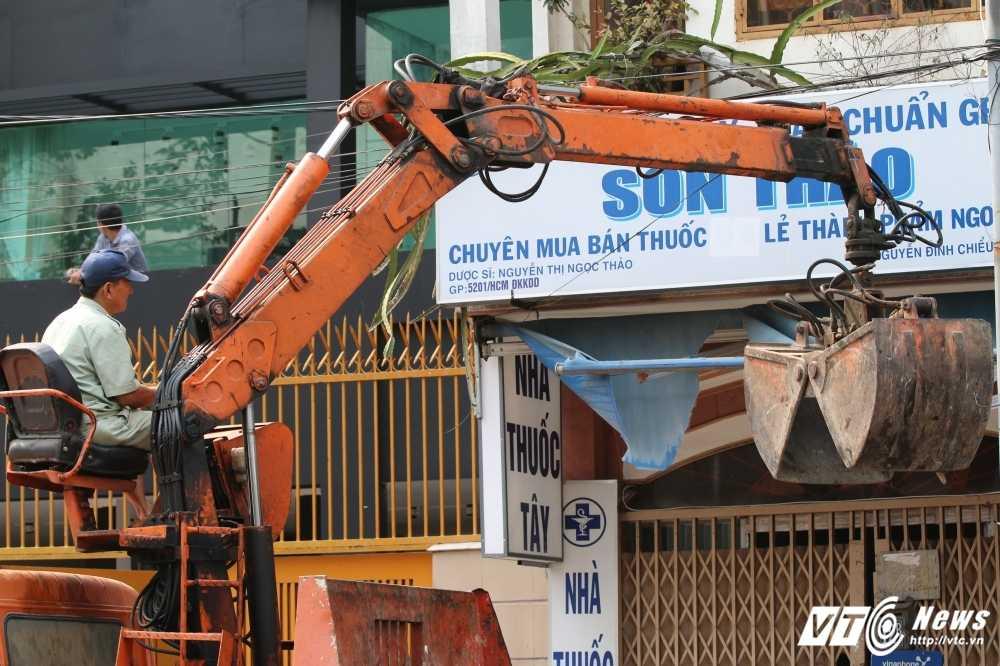 Dep cuop via he: Ong Doan Ngoc Hai xuong duong voi mai toc bac trang, net mat tram tu hinh anh 8