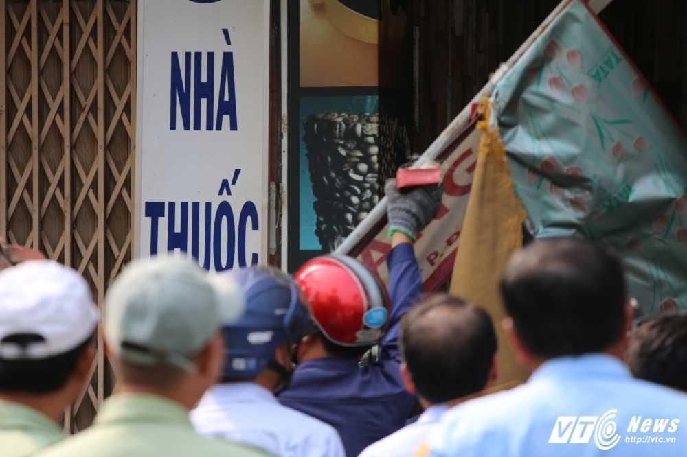 Dep cuop via he: Ong Doan Ngoc Hai xuong duong voi mai toc bac trang, net mat tram tu hinh anh 11