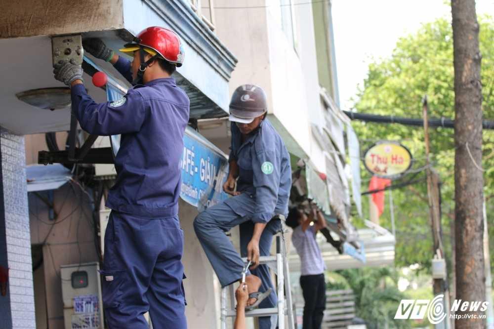 Dep cuop via he: Ong Doan Ngoc Hai xuong duong voi mai toc bac trang, net mat tram tu hinh anh 10