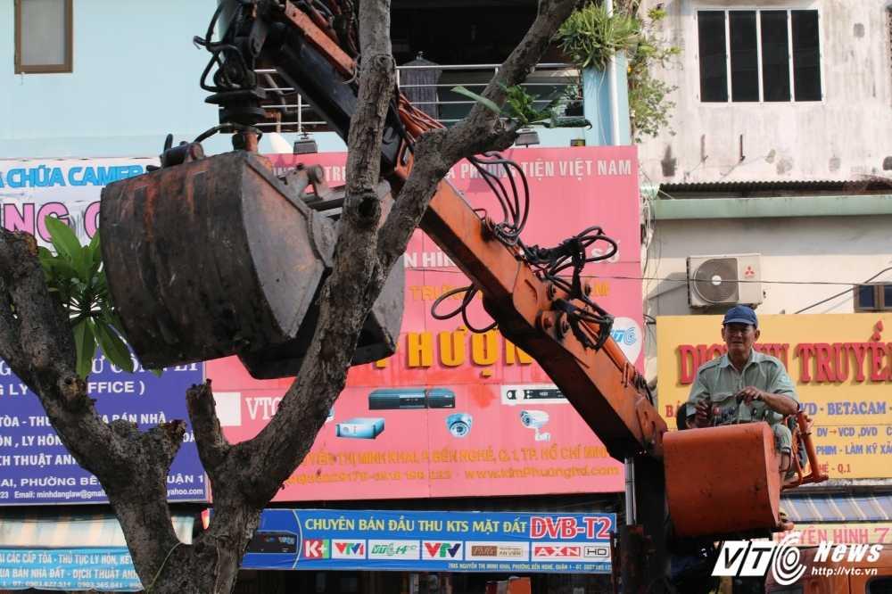 Dep cuop via he: Ong Doan Ngoc Hai xuong duong voi mai toc bac trang, net mat tram tu hinh anh 12