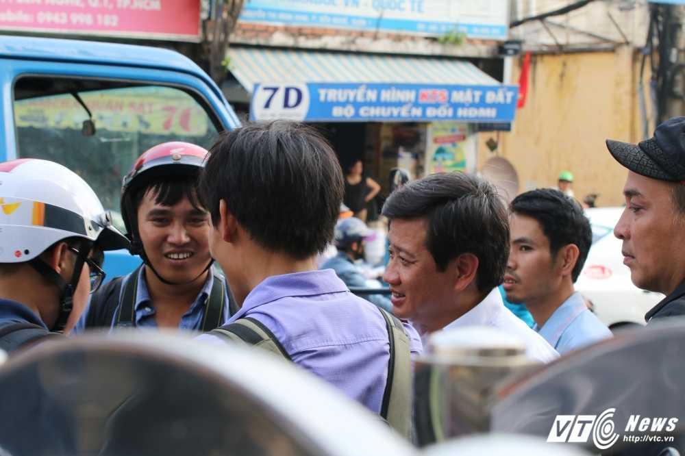 Dep cuop via he: Ong Doan Ngoc Hai xuong duong voi mai toc bac trang, net mat tram tu hinh anh 7