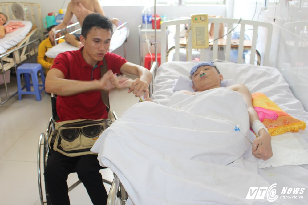 Chang trai bai liet 2 chan cham soc ban liet tu chi o benh vien hinh anh 1