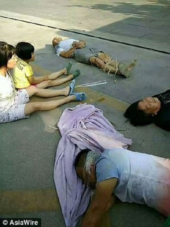 Trung Quoc: Khong dong y den bu, gia dinh 7 nguoi bi troi, bit mieng, loi ra khoi nha giai toa hinh anh 2