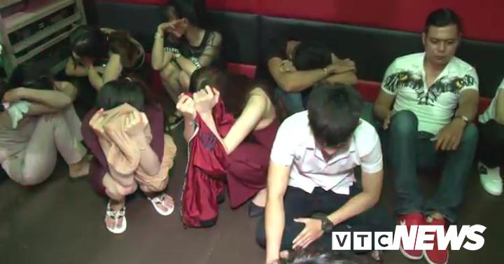 Vu bay lac dien cuong tai quan karaoke: Co can bo, vien chuc tham gia hinh anh 1