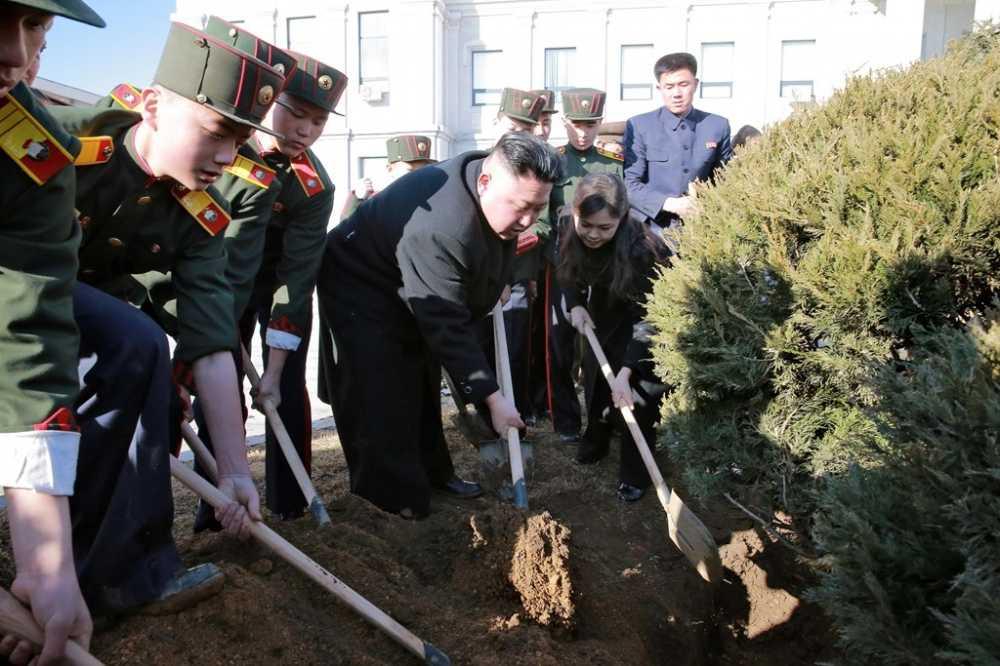 Vo Kim Jong Un tai xuat tuoi tan ben chong sau nhieu thang vang bong hinh anh 5