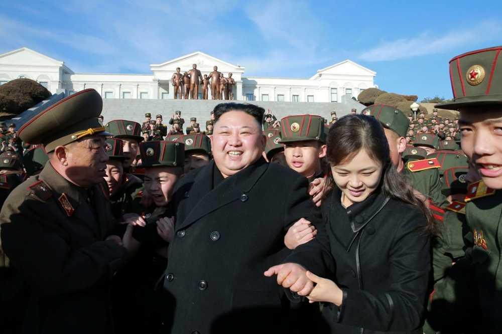 Vo Kim Jong Un tai xuat tuoi tan ben chong sau nhieu thang vang bong hinh anh 2