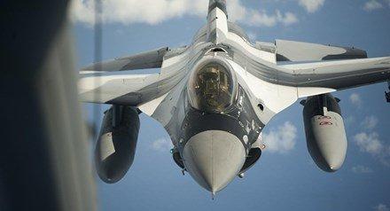 F-16 doi dau Su-27: NATO noi 'khong biet ai tren may bay Nga' hinh anh 1
