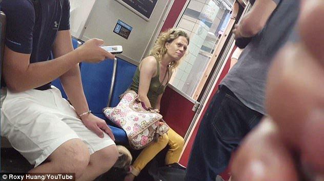 Video: Nguoi phu nu can cho tren tau dien ngam gay chan dong mang xa hoi hinh anh 3