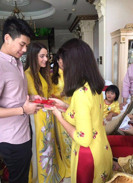 Dai gia dinh Tang Thanh Ha ron rang don Tet, di choi xuan hinh anh 4