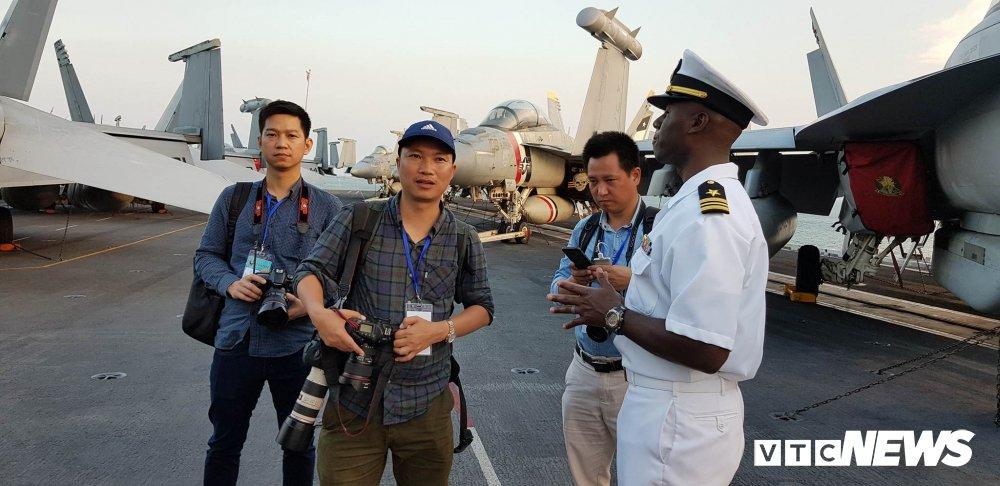 Video, anh: Can canh san tau san bay USS Carl Vinson vua toi Da Nang hinh anh 4