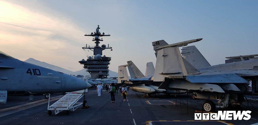 Video, anh: Can canh san tau san bay USS Carl Vinson vua toi Da Nang hinh anh 3