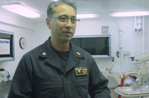 Nha si goc Viet tren tau san bay My USS Carl Vinson la ai? hinh anh 1