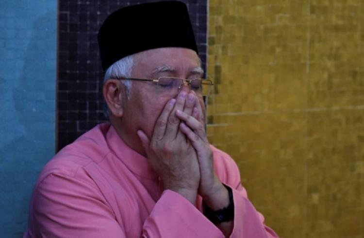 Cuu thu tuong Malaysia va vo bi cam xuat ngoai hinh anh 1