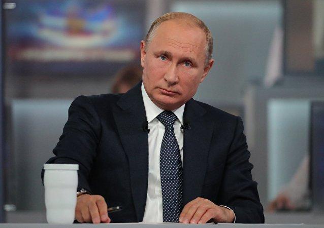 Tong thong Putin giao luu truc tuyen lan thu 16 voi nguoi dan Nga hinh anh 1