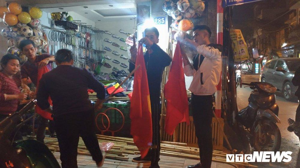 U23 Viet Nam vao chung ket, thi truong co co vu soi dong khap Ha Noi hinh anh 3