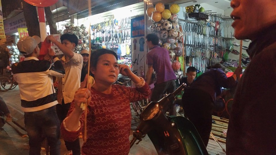 U23 Viet Nam vao chung ket, thi truong co co vu soi dong khap Ha Noi hinh anh 2