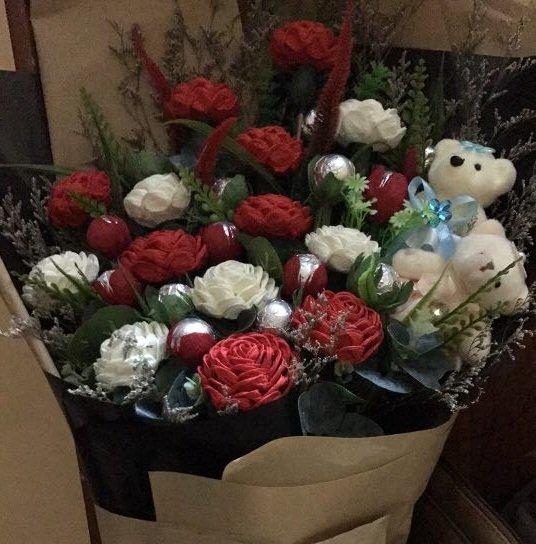 Hoa tuoi 'het' gia cao ngat nguong van 'chay hang' ngay Valentine hinh anh 1