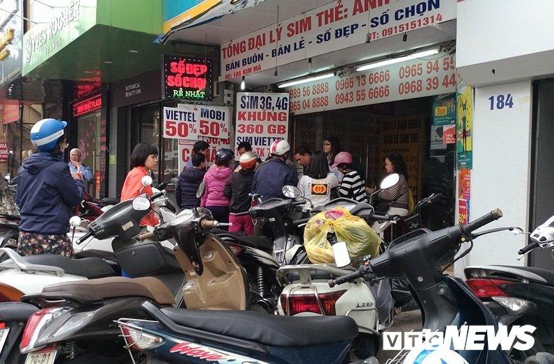 Ngay cuoi cung khuyen mai 50% the dien thoai: Dam dap tranh gianh, chi ca chuc trieu dong nap the hinh anh 1