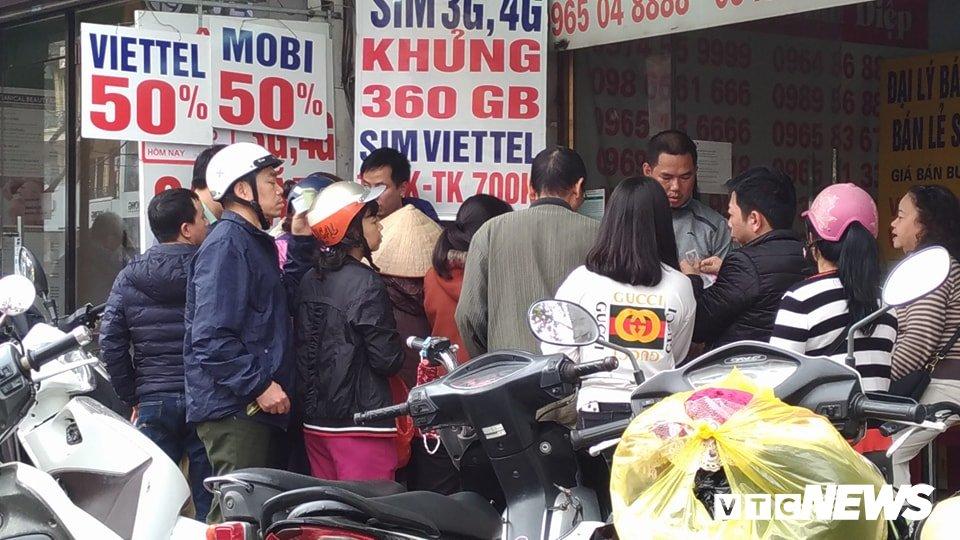 Ngay cuoi cung khuyen mai 50% the dien thoai: Dam dap tranh gianh, chi ca chuc trieu dong nap the hinh anh 2