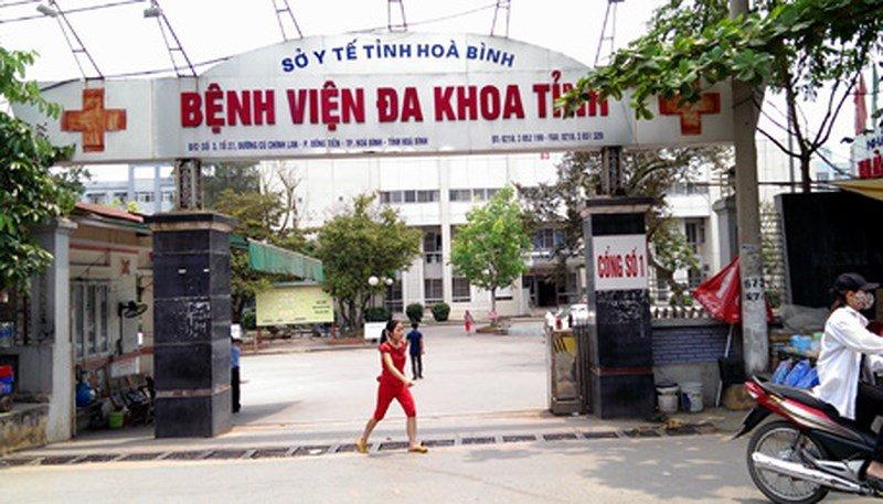 Hang loat bac si, dieu duong BVDK tinh Hoa Binh bi khoi to: Dinh chi cong tac 2 lanh dao cap khoa hinh anh 1