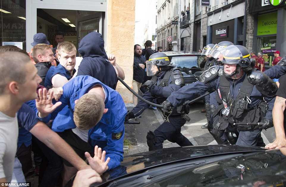 Hooligan Nga, Anh, Xu Wales lao vao danh nhau kinh hoang hinh anh 14