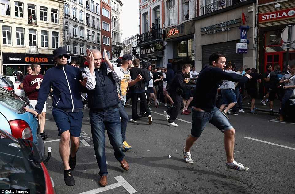 Hooligan Nga, Anh, Xu Wales lao vao danh nhau kinh hoang hinh anh 11