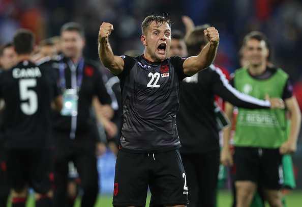 Nu CDV Albania khoe than boc lua tren khan dai hinh anh 1