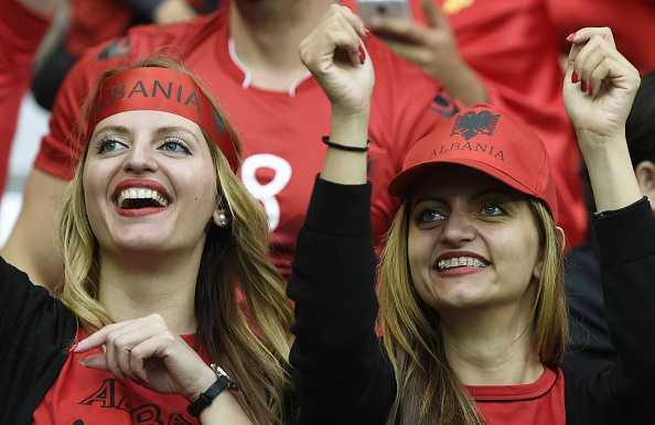 Nu CDV Albania khoe than boc lua tren khan dai hinh anh 11
