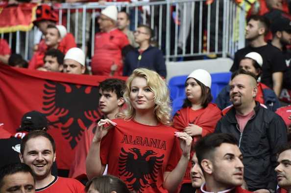 Nu CDV Albania khoe than boc lua tren khan dai hinh anh 12