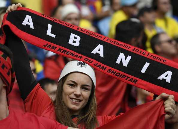 Nu CDV Albania khoe than boc lua tren khan dai hinh anh 13