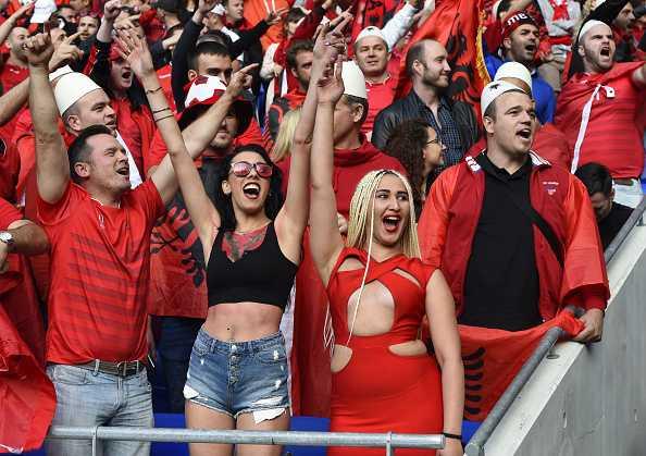 Nu CDV Albania khoe than boc lua tren khan dai hinh anh 14