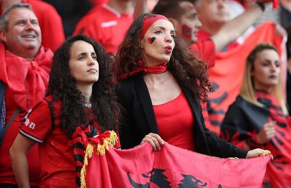 Nu CDV Albania khoe than boc lua tren khan dai hinh anh 9