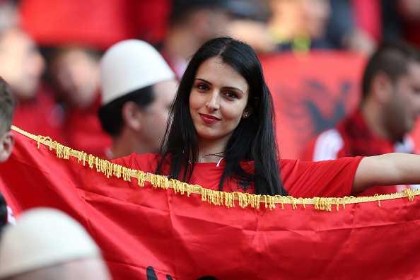 Nu CDV Albania khoe than boc lua tren khan dai hinh anh 8