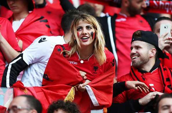 Nu CDV Albania khoe than boc lua tren khan dai hinh anh 6