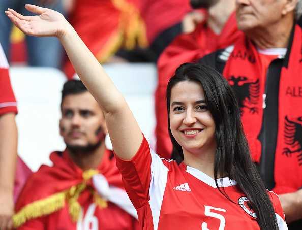 Nu CDV Albania khoe than boc lua tren khan dai hinh anh 4