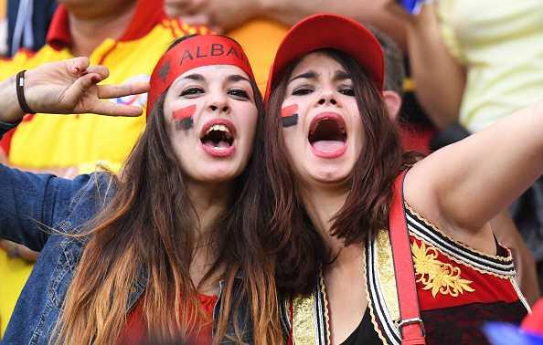 Nu CDV Albania khoe than boc lua tren khan dai hinh anh 2