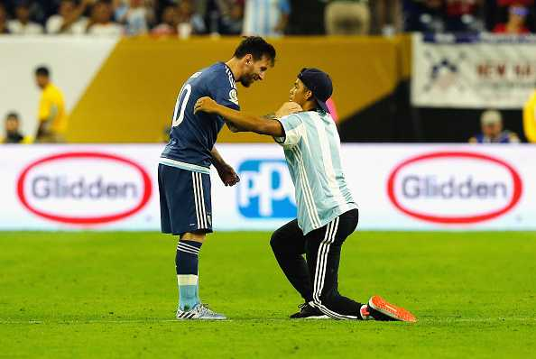 Fan cuong lao vao san quy lay xin chu ky Messi hinh anh 4